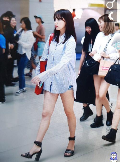 Mina chọn set đồ tối giản nhưng phụ kiện gồm toàn hàng hiệu như túi Gucci, giày Louis Vuiton.