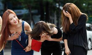 Red Velvet lúng túng vì áo xẻ khi đến Music Bank