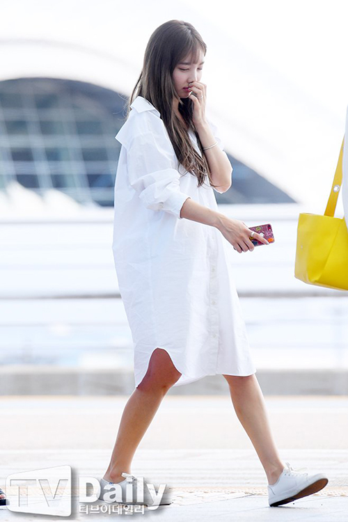 Sau quãng thời gian nghỉ ngơi ngắn, các thành viên Twice quay lại với lịch làm việc bận rộn, thường xuyên phải ra sân bay. Na Yeon chọn mẫu áo vay oversize tạo cảm giác dễ chịu. Nữ ca sĩ vẫn còn buồn ngủ khi xuất hiện.