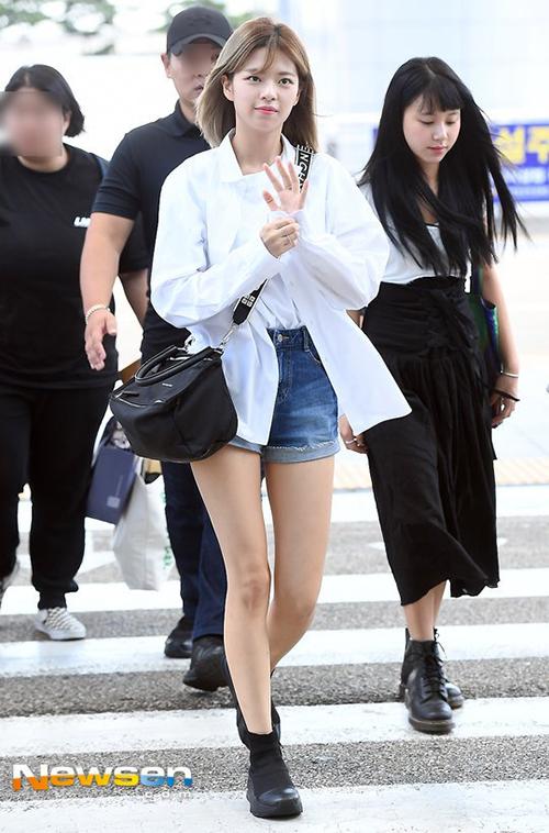 Jeong Yeon luôn tự tin vào đôi chân thon dài. Quần short ngắn là item không thể thiếu trong tủ đồ mùa hè.