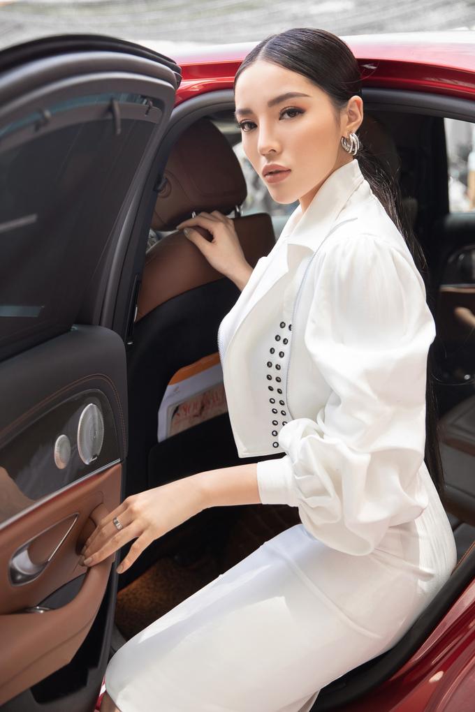 <p> Nàng hậu sinh năm 1996 diện trang phục được thiết kế riêng, xuất hiện bằng xế hộp sang.</p>