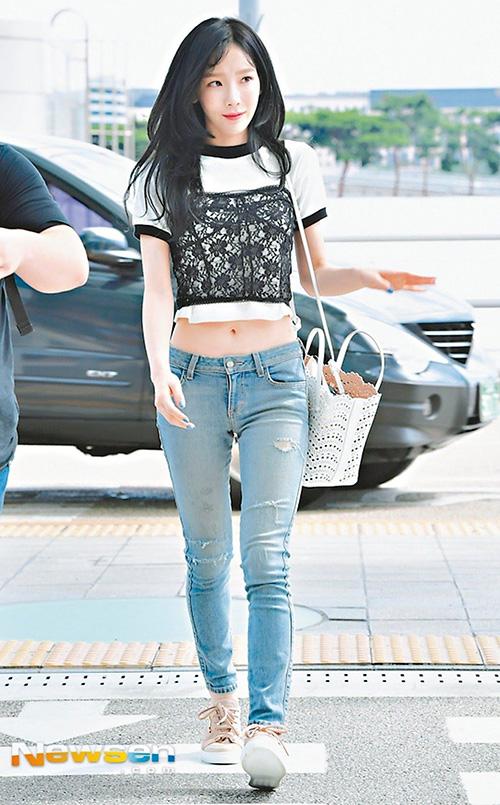 Là bé hạt tiêu nổi tiếng của Kpop nhưng Tae Yeon chưa bao giờ gây thất vọng vì cách ăn mặc. Lý do vì cô nàng biết rõ kiểu đồ nào có thể tôn lên ưu điểm của bản thân. Nếu muốn diện đẹp như Tae Yeon, bạn hãy ưu ái các kiểu croptop khoe rốn, kết hợp cùng quần cạp không quá trễ, thiết kế gọn gàng, ôm dáng. Đặc biệt là phụ kiện đi kèm phải thật tối giản. Đây là một cách giúp thân hình thanh mảnh, cao ráo hơn.