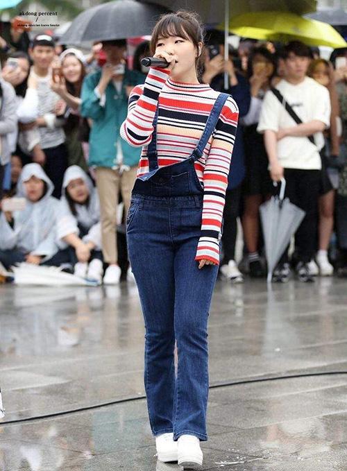Quần yếm cũng là một item đáng sắm với những cô gái chân không dài. Soo Hyun chọn lựa chiếc quần có độ ôm vừa vặn, ống quần hơi loe tạo cảm giác chân dài hơn.