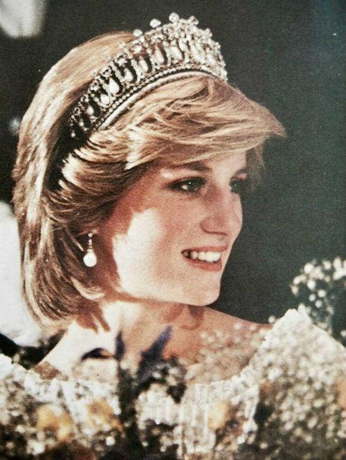 Năm 1992, khi tiểu sử Diana: Her True Story ra mắt, nước Anh chấn động bởi lần đầu tiên một thành viên hoàng gia dám hé lộ những câu chuyện nhạy cảm với công chúng.
