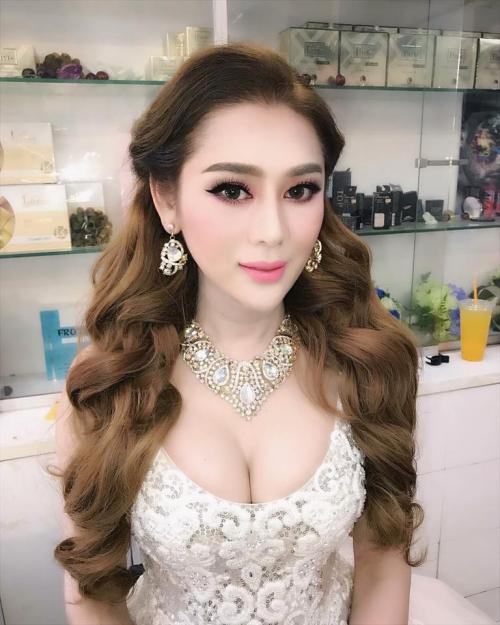 Lâm Khánh Chi make up đậm cùng bộ cánh khoe vòng một đầy đặn chuẩn bị dự sự kiện.