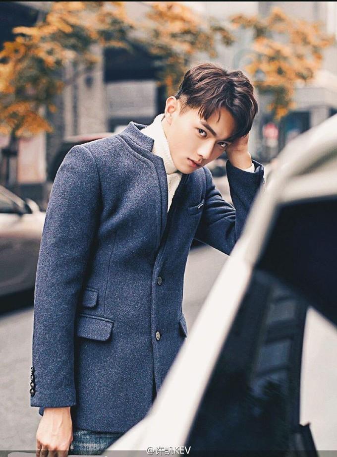 <p> Hứa Khải sinh ngày 5/2/1995 tại Quảng Đông (Trung Quốc). Chàng trai 23 tuổi từng có thời gian là người mẫu chuyên nghiệp trước khi lấn sân làm diễn viên.</p>