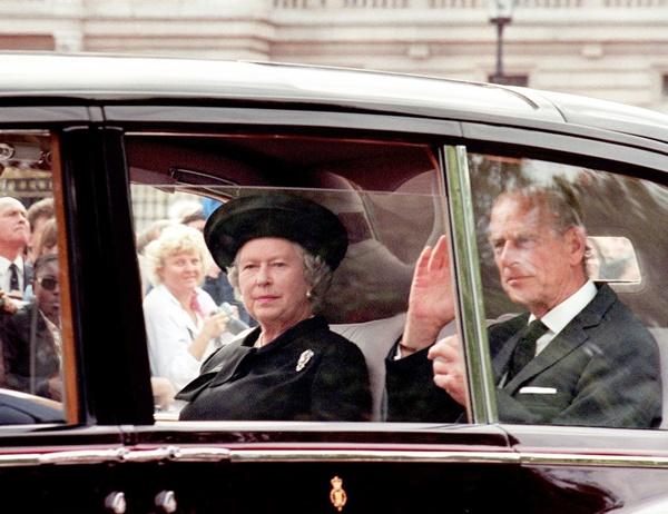 Nữ hoàng bị chỉ trích về thái độ lạnh lùng sau sự ra đi của Diana.