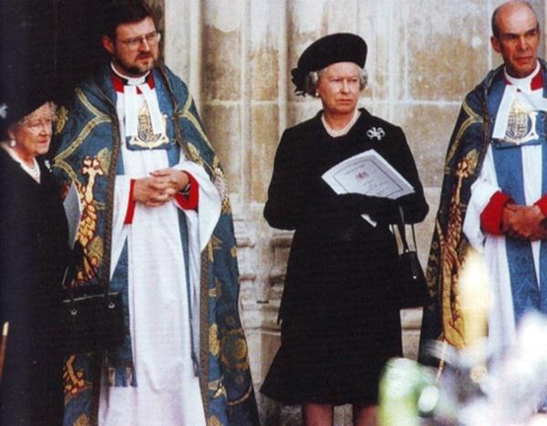 Nữ hoàng Elizabeth dẫn mẹ của bà bước ra khỏi cung điện để nhìn đoàn diễu hành tang lễ đi qua.