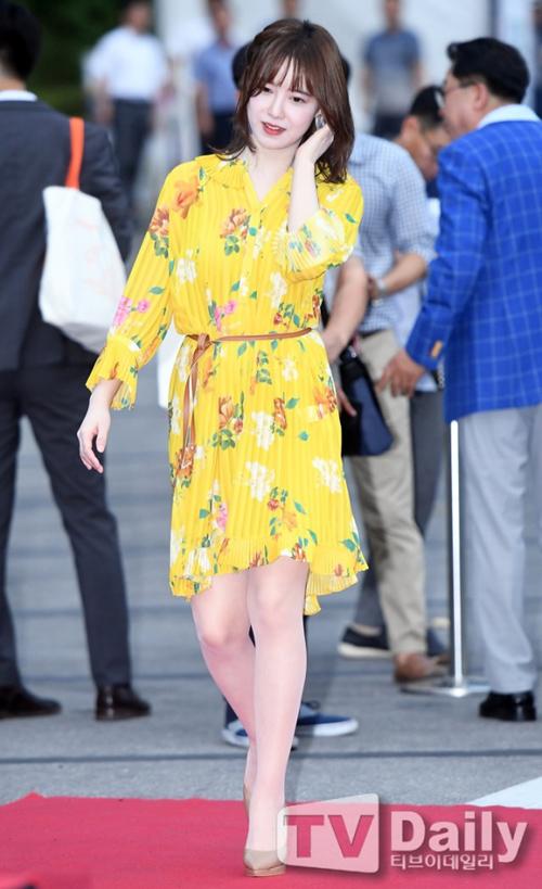 Vốn sở hữu làn da trắng như Bạch Tuyết, nhan sắc xinh đẹp nhưng Goo Hye Sun lại chưa biết cách ăn mặc cho xứng tầm. Cô nàng thường xuyên trông sến sẩm vì chọn váy áo không phù hợp. Một thói quen cũng khiến nàng Cỏ thêm mất điểm khi lên thảm đỏ đó là luôn đi tất da chân trắng bệch, lộ rõ dưới ánh đèn flash.