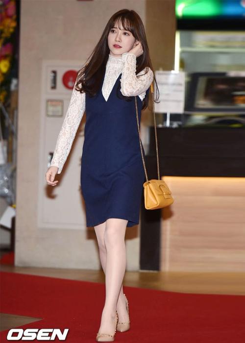Mỗi khi diện váy ngắn, Goo Hye Sun đều không thể thiếu tất da chân để giúp cặp giò trông đều màu, trắng sáng hơn. Tuy nhiên việc chọn những đôi tất màu quá sáng so với da thật khiến đôi chân của cô trông giả, thiếu tự nhiên.