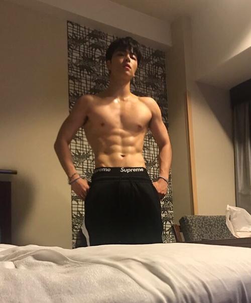 Jun Hoe (iKON) cởi áo khoe thân hình tam giác ngược với cơ bụng 6 múi quyến rũ.