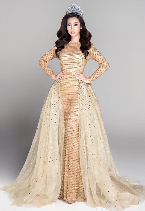 Trong bộ ảnh đặc biệt kỷ niệm 30 năm Hoa hậu Việt Nam, Mỹ Linh diện trang phục lộng lẫy thể hiện nhan sắc của một đương kim hoa hậu. Người đẹp khoác lên mình thiết kế lưới xuyên thấu lấp lánh, phần tà váy màu vàng mơđính kim sa cũng lung linh không kém.