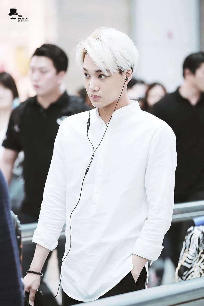 <p> Kai (EXO) chọn mẫu áo cổ tàu lịch lãm khi ra sân bay.</p>