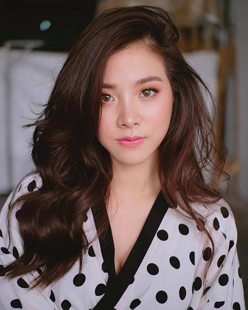 Hồng luôn luôn là tone màu son yêu thích của các nàng hot girl Thái. Màu son ngọt ngào mang đậm hương vị mùa hè này đặc biệt phù hợp với nước da trắng tự nhiên của con gái Thái, mang đến diện mạo rạng rỡ, tràn đầy sức sống cho chủ nhân.