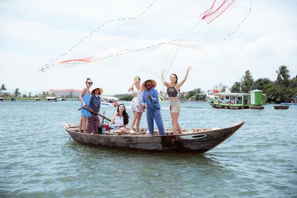 Họ tham gia chèo thuyền thúng, quăng chài thả lưới trên dòng sông Cổ Cò thơ mộng.