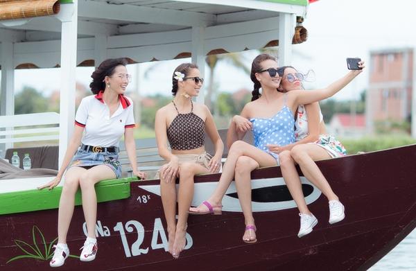 Trở về Việt Nam sau đăng quang, Phan Thị Mơ vội bay ra Hội An - Đà Nẵng để tham gia một số hoạt động quảng bá văn hóa, du lịch. Đi cùng cô còn có các người đẹp trong top 4 cuộc thi Hoa hậu Đại sứ du lịch thế giới 2018.