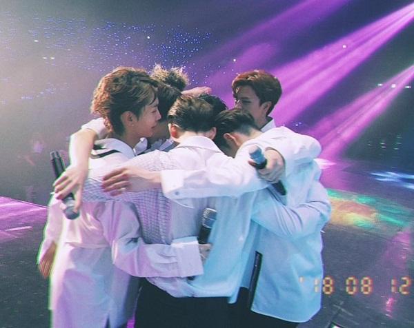 BTOB xúc động ôm nhau khóc trong concert cuối trước khi Eun Kwang lên đường nhập ngũ.