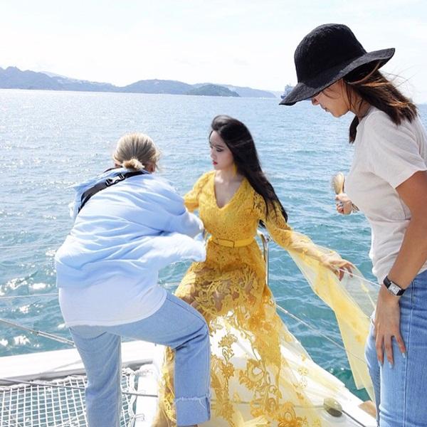 Hyo Min diện váy xuyên thấu bung lụa trên du thuyền trong buổi chụp hình.