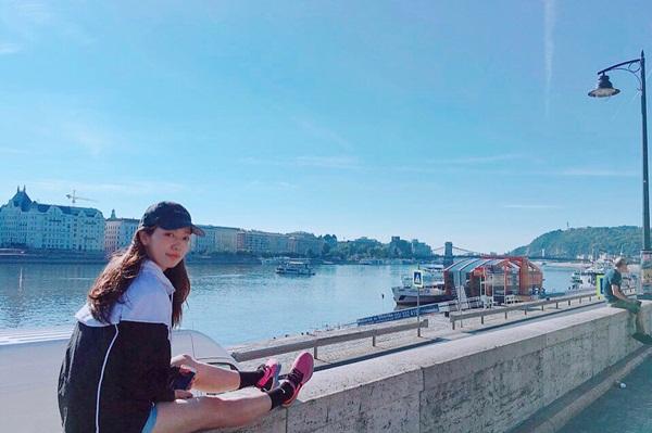 Park Shin Hye khoe style trẻ trung dạo chơi ở Hungary.
