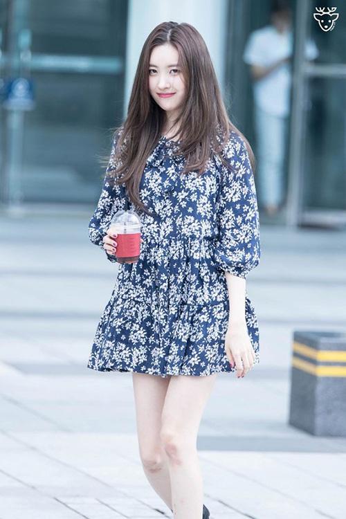 Mùa hè nóng bức, chỉ cần khoác vào mình một chiếc váy liền rộng rãi là đã đủ cảm thấy mát rượi, nhẹ nhõm. Đây cũng là lý do váy suông được sao Hàn yêu thích khi ra sân bay.