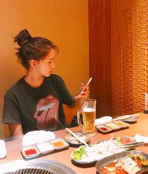 Yoon Ah mặc giản dị, búi tóc gọn gàng đi ăn.