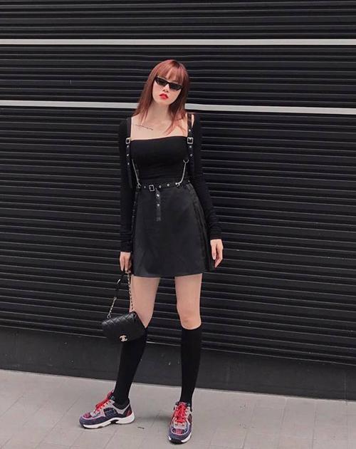Thiều Bảo Trâm luôn gây bất ngờ với những cách mix đồ đầy thú vị. Set đồ đen cả cây khiến cô nàng trông giống như một cô gái gothic Nhật Bản, tuy nhiên đôi sneakers màu sắc lại khiến tổng thể hầm hố hơn nhiều.