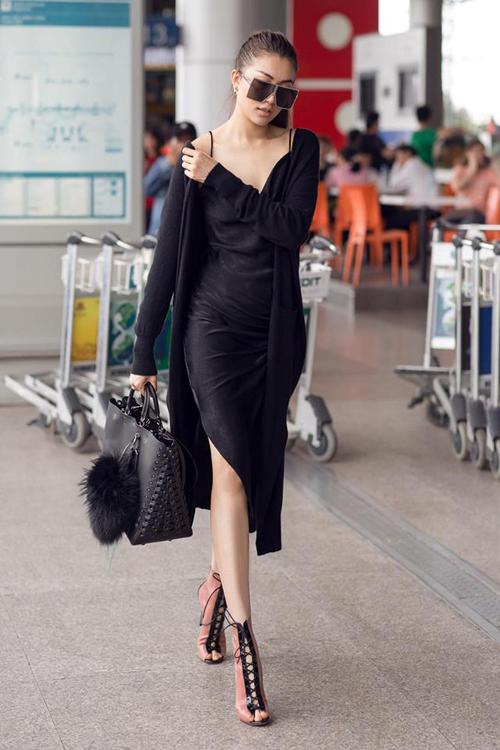 Lệ Hằng ra sân bay vẫn lên đồ sang chảnh hết cỡ. Set váy đen được cô kết hợp với túi xách cùng tông, đôi sandals màu hồng nude làm điểm nhấn.