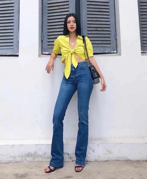 Kiểu áo croptop buộc nơ như Tú Hảo đang diện là style được nhiều cô gái Tây yêu thích năm nay. Quán quân The Face 2017 kết hợp cùng quần cạp cao giúp chân dài đến nách.