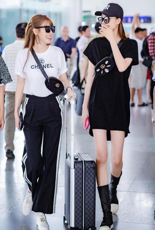 Cặp đôi Quế Vân - Kỳ Hân rủ nhau ra sân bay với phong cách đen trắng tông xuyệt tông, mix toàn hàng hiệu.