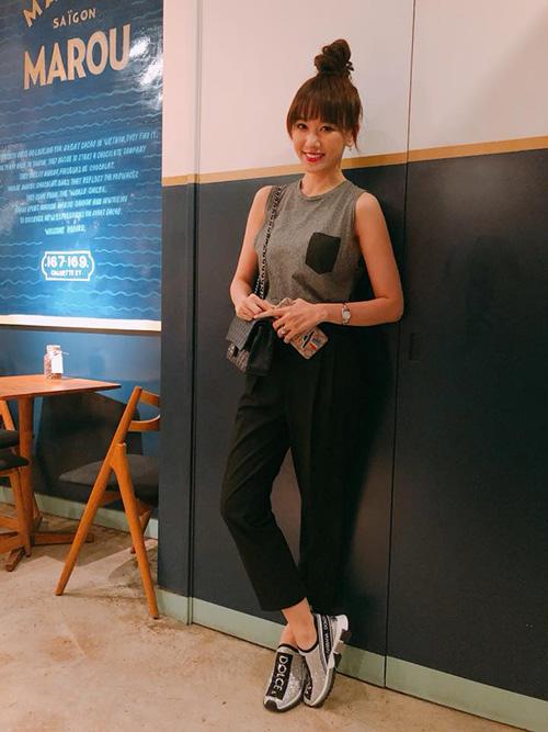 Hari Won cũng không quên khoe hình trong không gian tương tự với đôi giày y hệt ông xã.