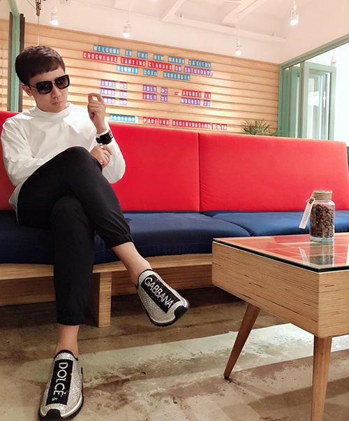 Trấn Thành đi uống cà phê ngày rảnh rỗi với đôi giày hàng hiệu mới tinh lấp lánh trên bàn chân.