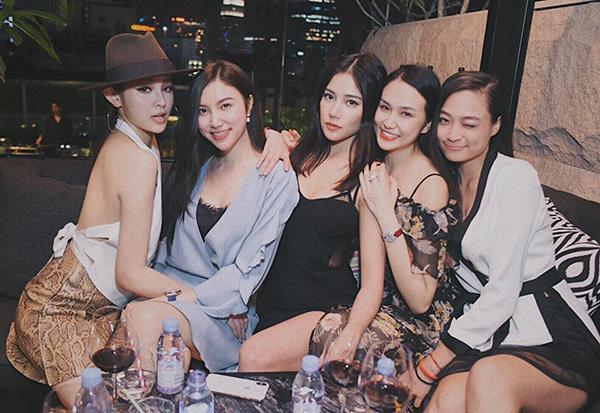 Dàn hot girl đình đám hai miền tụ hội khoe sắc trong một khung hình.