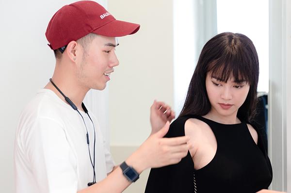 Lâm Gia Khang phụ trách trang phục cho Lan Ngọc trong phim.