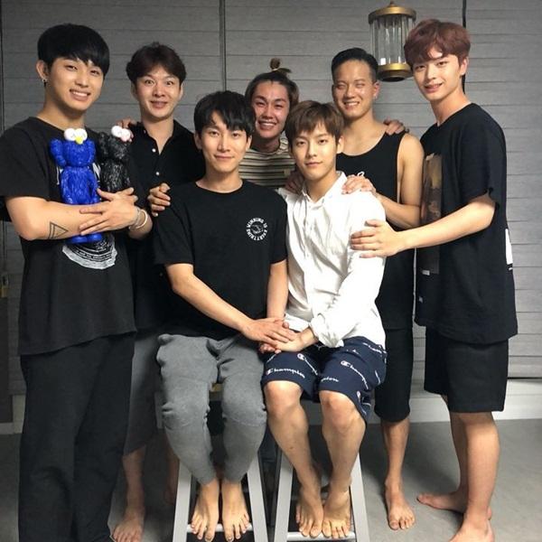 Các thành viên BTOB tụ tập ở nhà Hyun Sik uống caption BTOB hãy mãi mãi đi cùng nhau nhé