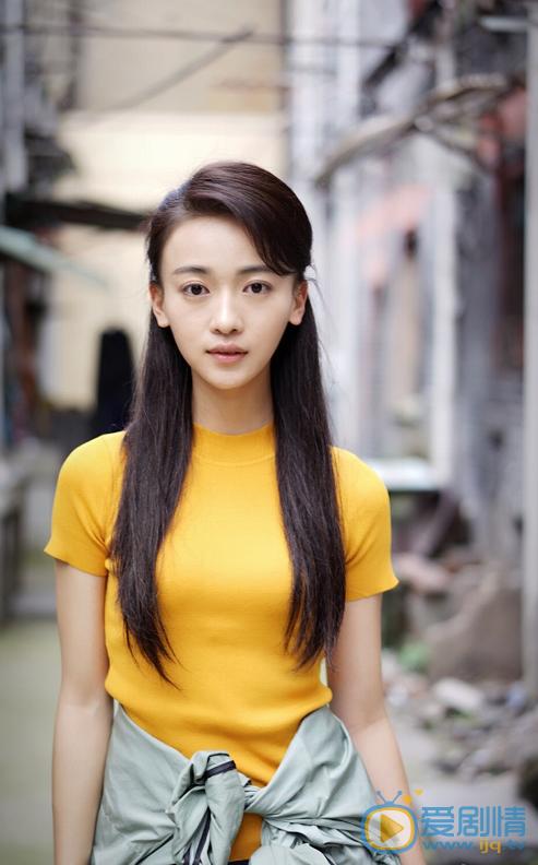 Gương mặt nhỏ bằng bàn tay cùng vóc dáng mi nhon của cô nàng thể hiện rõ hơn khi diện trang phục đời thường.