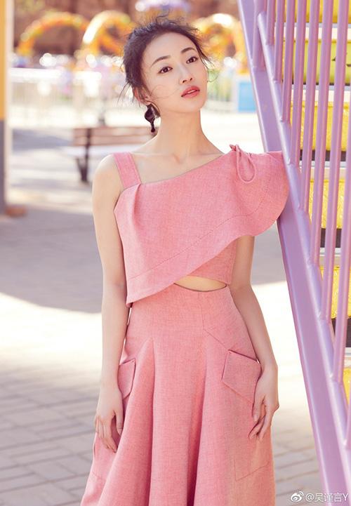 Càng mặc hàng hiệu quốc tế, cô nàng trông càng kém đẹp vì kích thước trang phục nước ngoàithường không vừa vặn với số đo của người châu Ámình hạc xương mai như Cẩn Ngôn.