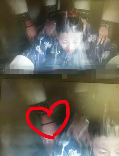 Cung nữ túm Ngụy Anh Lạc trên tay có đeo dây chun buộc tóc thường thấy thời nay.