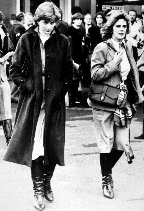 1980: Như một điềm báo về sóng gió trong tương lai, Diana và Camilla Parker-Bowles tình cờ có một khoảnh khắc chụp ảnh chung hiếm hoi. Hai người cùng có mặt tại cuộc đua ngựa Ludlow nơi Charles đang thi đấu. Charles vàCamilla gặp nhau vào năm 1970 và hẹn hò một thời gian ngắn, trước khi chia tay vìCharles tham gia Hải quân Hoàng gia vào năm 1971. Camilla kết hôn với sĩ quan quân đội Anh Andrew Parker-Bowles vào năm 1973.