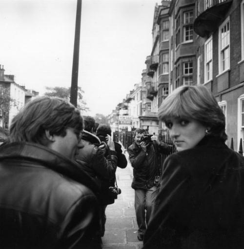 Tháng 5/1980: Cánh săn ảnh bắt đầu bám theoDiana, người lúc đó mới chỉ19 tuổi. Đây là thời điểm rộ lên tin đồn Diana và Charles sắp sửa đính hôn. Báo chí Anh cho rằng hai ngườihẹn hò tổng cộng 12 lần trước khi Charles trao nhẫn đính hôn cho Diana trong sự hối thúc của hoàng gia.