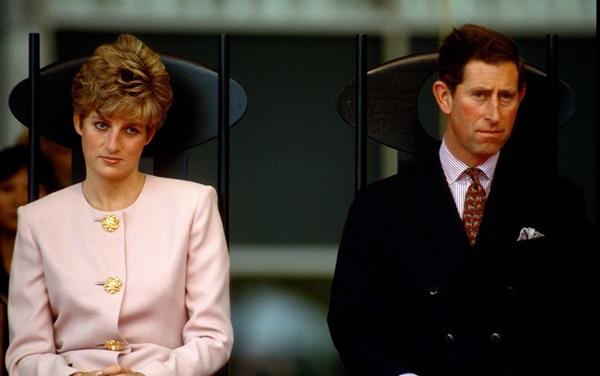 Tháng 10/1991: Diana và Charles lộ rõ biểu cảm không mấy vui vẻ trong ngày đầu tiên của chuyến công du Canada.Lúc này, cặp vợ chồng không thể che giấu sự bất hòa khi xuất hiện công khai cùng nhau.