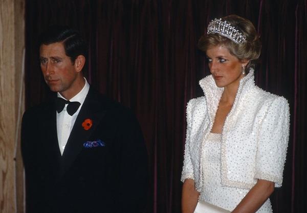 Tháng 2/1989:Công nương Diana cuối cùng cũng quyết định đối đầu với Camillakhigặp mặt và đối chất trực tiếp với người tình của chồng trong một bữa tiệc mà cả ba cùng tham dự vào năm 1989. (Ảnh chụp một sự kiện khác cùng năm)