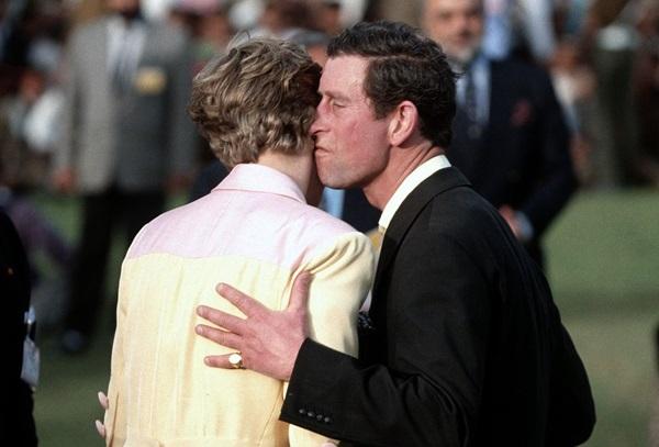 Tháng 2/1992:Trong chuyến thăm chính thức của họ đến Ấn Độ, Charles dành cho Diana một nụ hôn công khai hiếm hoi. Tuy nhiên, đây cũng là lúc mối quan hệ của họ đang đứng trước bờ vực tan vỡ. Hai tháng sau đó, nhà báo Andrew Morton xuất bản Diana: Her True Story, cuốn tiểu sử gây chấn động nước Anh về những chi tiết liên quan đến việc Charles ngoại tìnhvà cuộc sống thực sự củaCông nương Diana trong cung điện.