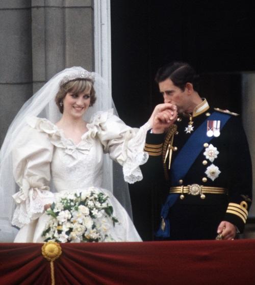 29/7/1981: Diana Spencer bước vào lễ đường nhà thờ St Pauls để kết hôn với Hoàng tử Charles trong sự kiện được xem là đám cưới thế kỷ. Ước tính 250 triệu người khắp thế giới đã theo dõi đám cưới qua tivi và hơn 2 triệu người xếp hàng để ngắm nhìn trực tiếp cô dâu,Công nương xứ Wales xinh đẹp.