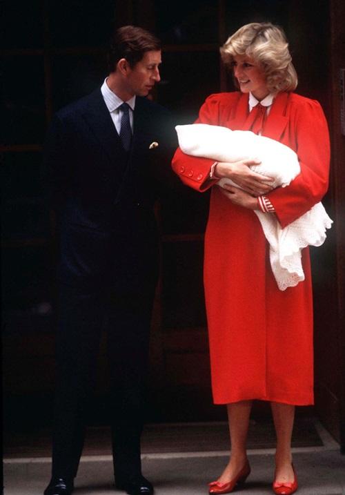 Tháng 9/1984: Diana hạ sinh con trai thứ hai, Harry, sau 9 giờ đồng hồ lâm bồn mà không dùng các loại thuốc hỗ trợ. Diana từng tiết lộ, cô thấy rõ vẻ mặt thất vọng của Charles khi bế Harry trên tay, vì chồng cô luôn mong chờ một bé gái. Thậm chí Charlescòn đùa rằng Ôi Chúa ơi, đó là một cậu bé vàcòn có mái tóc đỏ nữa .