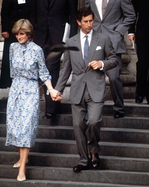Tháng 7/1981: Diana và Charles nắm tay nhau trong buổi diễn tập đám cưới.
