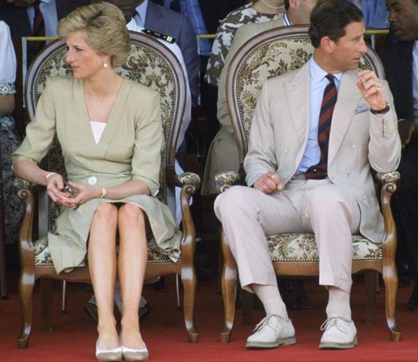 Tháng 3/1990: Diana và Charles trong chuyến thăm Cameroon.Mặc dù Charles ngoại tình khiến Diana đau khổ nhưng cô vẫn phải thực hiện những trách nhiệm hoàng gia. Ngôn ngữ cơ thể cho thấy rõ ràng vềmối quan hệ lạnh nhạtcủa hai người.