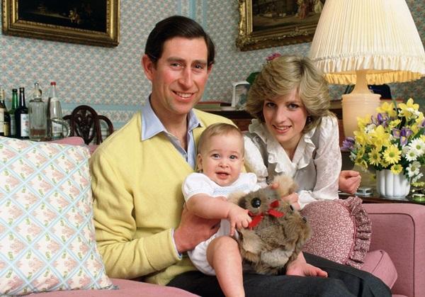 Tháng 2/1983: Bức ảnh gia đình (có vẻ) hạnh phúc của Diana, Charles và con trai William tại điện Kensington.