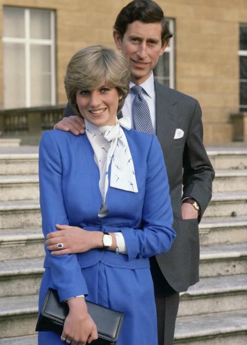 Tháng 2/1981: Charles và Dianacông bốlễ đính hôn vớitoàn thế giới trướcCung điện Buckingham.