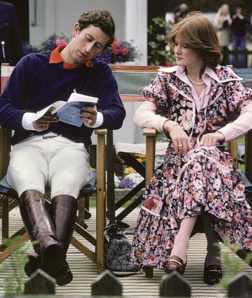 1977:Bức ảnh chụpSarah Spencer và Hoàng tử Charles. Sarah đã từng có thời gian ngắn hẹn hòvới Charles, trước khi nhận ra đây không phải là mẫu người phù hợp và giới thiệu anhvới em gái của mình,Diana Spencer, sau đó vài tháng.Sarah từng gọi mình là thần tình yêu khi mai mối thành công chuyện tình Charles-Diana.