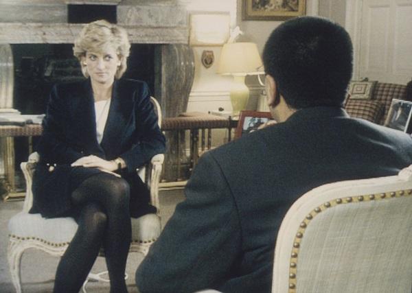 Tháng 11/1995: Diana thực hiện cuộc phỏng vấn gây chấn động với nhà báoMartin Bashir. Cô tiết lộ tất cả, từ chứng rối loạn ăn uống đến mối quan hệbất hạnh với Charles. Câu nói: À, có ba người trong cuộc hôn nhân của chúng tôi, như vậy là hơi đông của Diana đã trở thành lời thoại bất hủ khi nhắc đến cuộc tình tay ba thế kỷ.